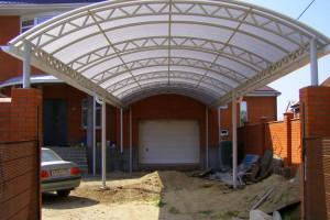 Навес из поликарбоната защитит от превратностей погоды и ультрафиолетового излучения.